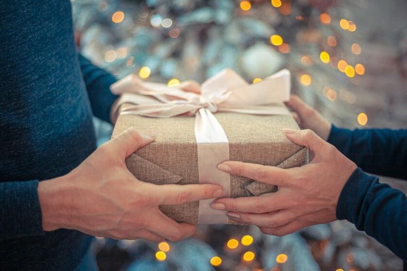 Что можно подарить малознакомому мужчине при встрече: идеи подарков в зависимости от статуса мужчины