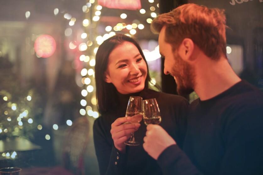Как познакомиться с девушкой в столовой, кафе или ресторане, способы личного знакомства и с использованием персонала