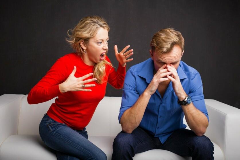 Девушка – абьюзер в отношениях: признаки, причины и способы их устранения