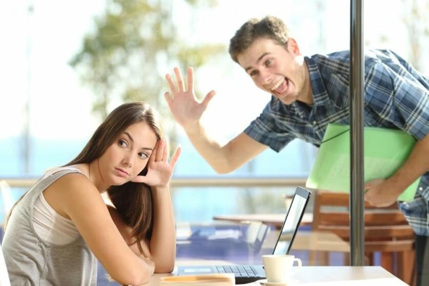 Парень или девушка игнорирует при знакомстве: причины молчания, как действовать