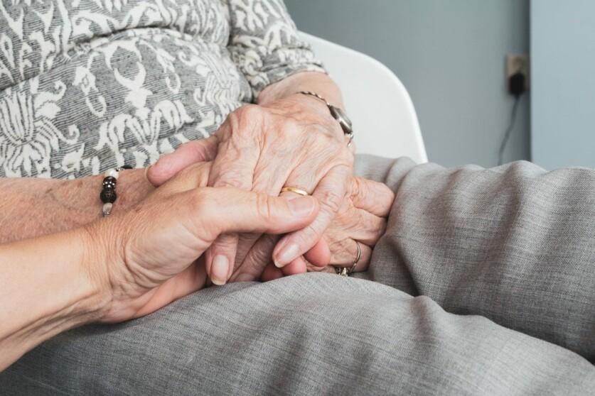 Отношения пожилой женщины и молодого парня — причины влечения партнеров с большой разницей в возрасте