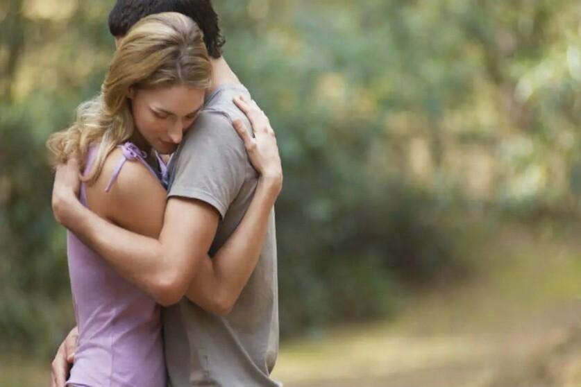 Признаки любовного объятия и как обнять парня, чтобы ему понравилось в отношениях