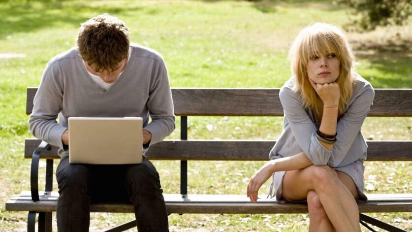 Стоит ли бить тревогу, если парень уделяет мало внимания в начале отношений