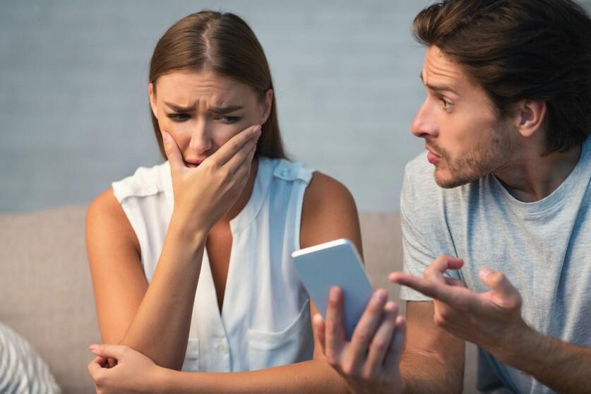 Почему мужчины переписываются с другими женщинами в отношениях: основные причины