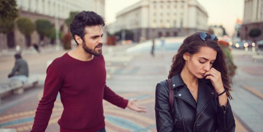Женщина молча уходит из отношений