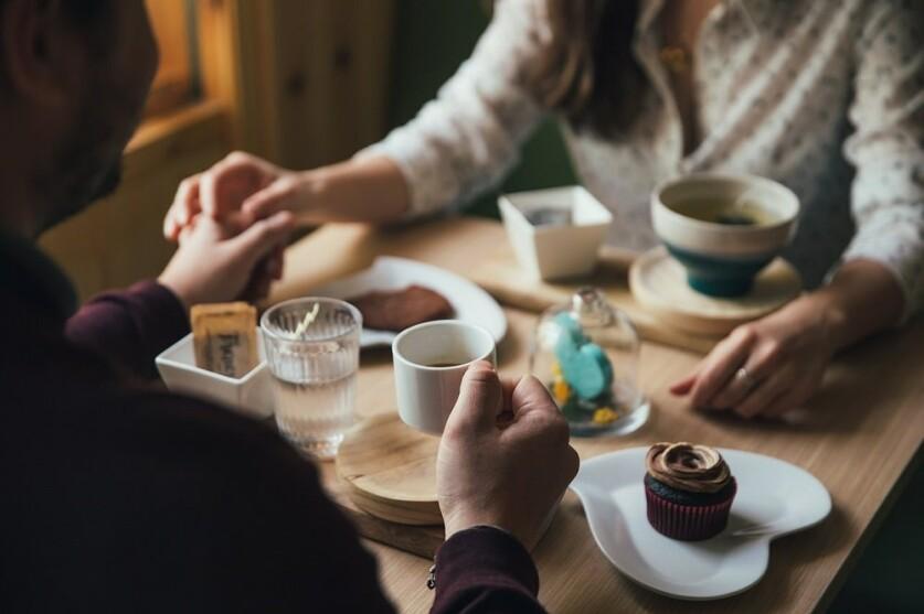 Советы для девушек: как познакомиться с парнем на улице или в кафе