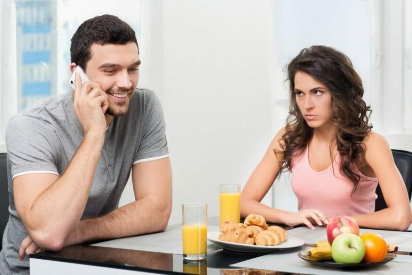 Что делать, если мужчина сидит на сайте знакомств в начале отношений: рекомендации психологов