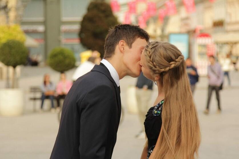 Поцелуй с другим парнем в отношениях: что делать