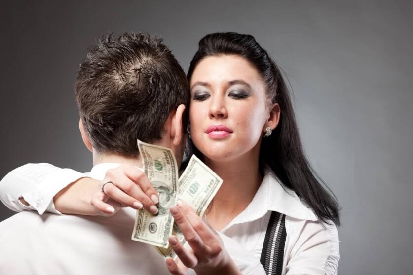 Жадная женщина в отношениях: признаки, чем опасна жадность и как ее побороть
