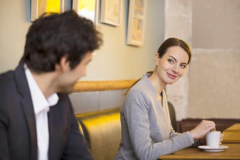 Как обратить внимание незнакомого мужчины на себя – психологические приемы