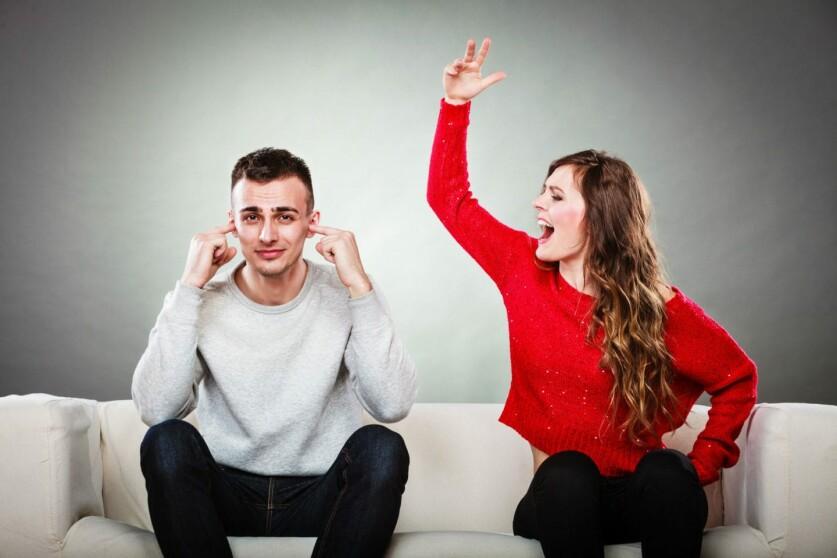 Девушка не уступает парню в отношениях: почему и должна ли она это делать