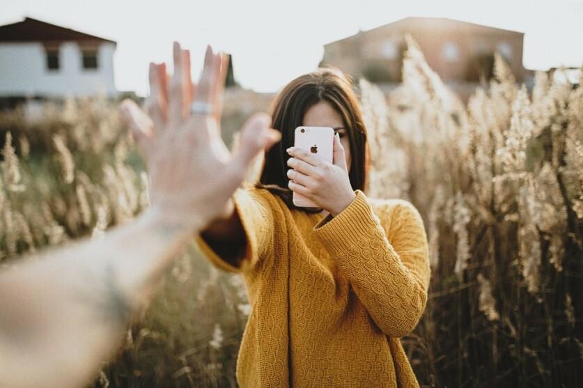 Где лучше знакомиться с девушками: на улице или в интернете