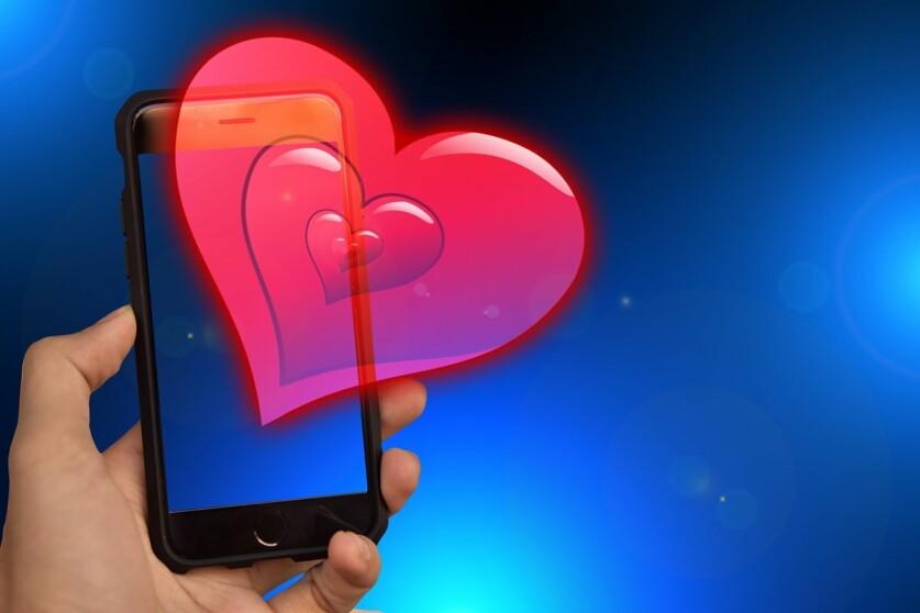 Девушка или парень с сайта знакомств настойчиво просит номер телефона: как поступить