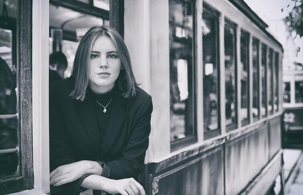 Девушка в трамвае