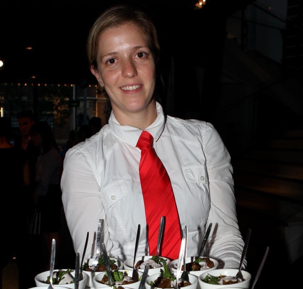 Познакомиться с девушкой-официанткой