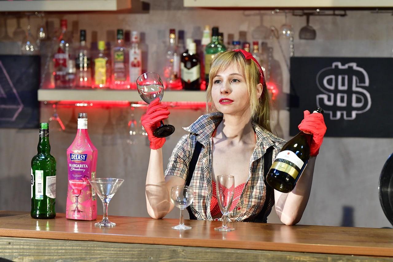 Девушка-бармен
