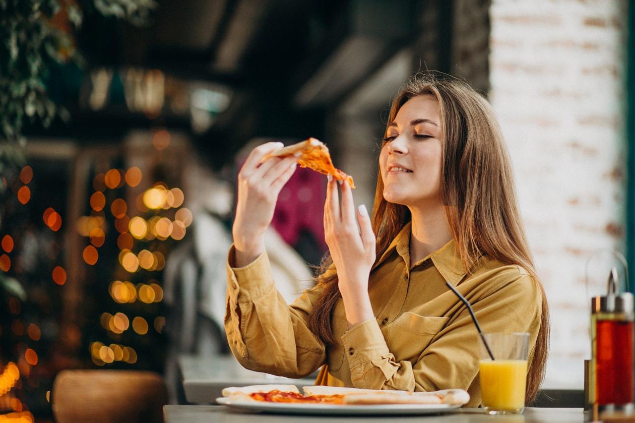 Девушка в ресторане быстрого питания