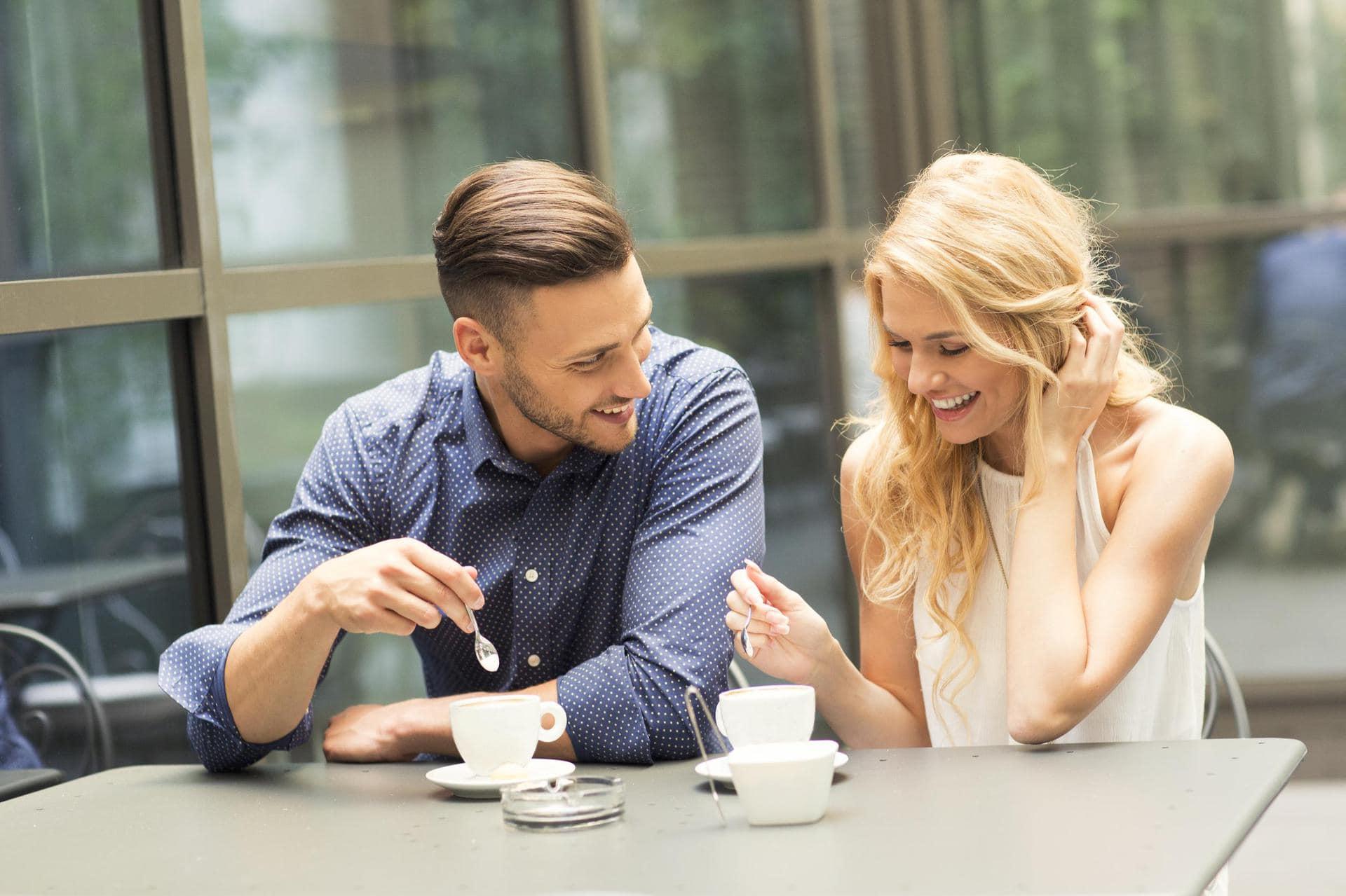 <p>Многие девушки не знают, как правильно вести себя при знакомстве с мужчиной, поэтому ошибаются в действиях и словах. В результате общение сводится к минимуму, а новый знакомый начинает избегать встреч. Для эффективного диалога нужно соблюдать несколько правил: культурно себя вести, грамотно говорить и избегать запрещенных тем.</p> <h2>При личной встрече</h2> <p>Во время знакомства важную роль играет первое впечатление о партнере. Человеческая психика способствует тому, что мужчины моментально оценивают девушек и мысленно определяют им «статус» в своей дальнейшей жизни. Женщинам важно всегда хорошо выглядеть, правильно общаться с мужчиной на первом этапе знакомства и культурно себя вести. На начальной стадии это позволит девушке понравиться партнеру. Если свидание разочарует парня, то в другой день он не захочет встречаться и продолжать общение с дамой, сославшись на придуманные обстоятельства.</p> <h3>Культурное поведение</h3> <p>Крутые девушки, отличающиеся циничным поведением, умеющие съязвить или обидеть слабого, часто нравятся молодым парням. Такой типаж присущ подросткам, но встретить можно и более зрелых женщин, создающих себе подобный имидж. Уверенность в себе, высокая самооценка и чувство превосходства над другими позволяют таким особам легко знакомиться с новыми людьми.</p> <p>Но общение с мужчинами в таких случаях редко доходит до серьезных отношений. С подобного рода девушками интересно развлекаться, совместно проводить ночи, но они не привлекают противоположный пол для совместной жизни. Серьезно настроенных мужчин поведение этих женщин отталкивает, поэтому юноши делают правильный выбор, отдавая предпочтение воспитанным девушкам.</p> <p>Если вы нацелены найти спутника жизни, а не очередного любовника, то важно правильно вести себя при знакомстве с мужчиной. В беседе избегайте нецензурных выражений, вульгарных и пошлых фраз. Мужчины любят воспитанных девушек, поэтому ведите себя вежливо и прилично. Проявляйте заинтересованность в увлечениях собеседника,