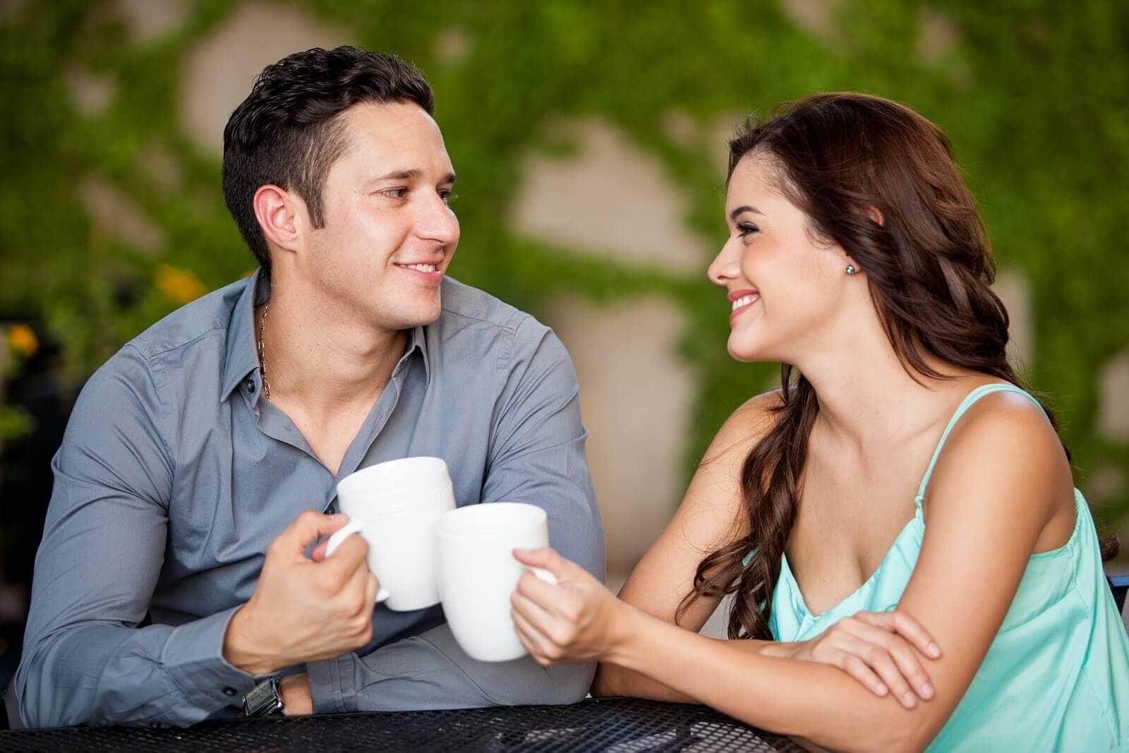 Мужчина беседует с девушкой