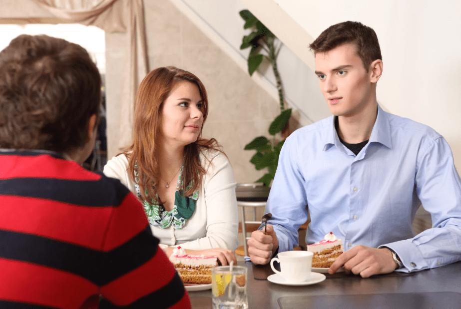 Парень знакомит девушку с родителями
