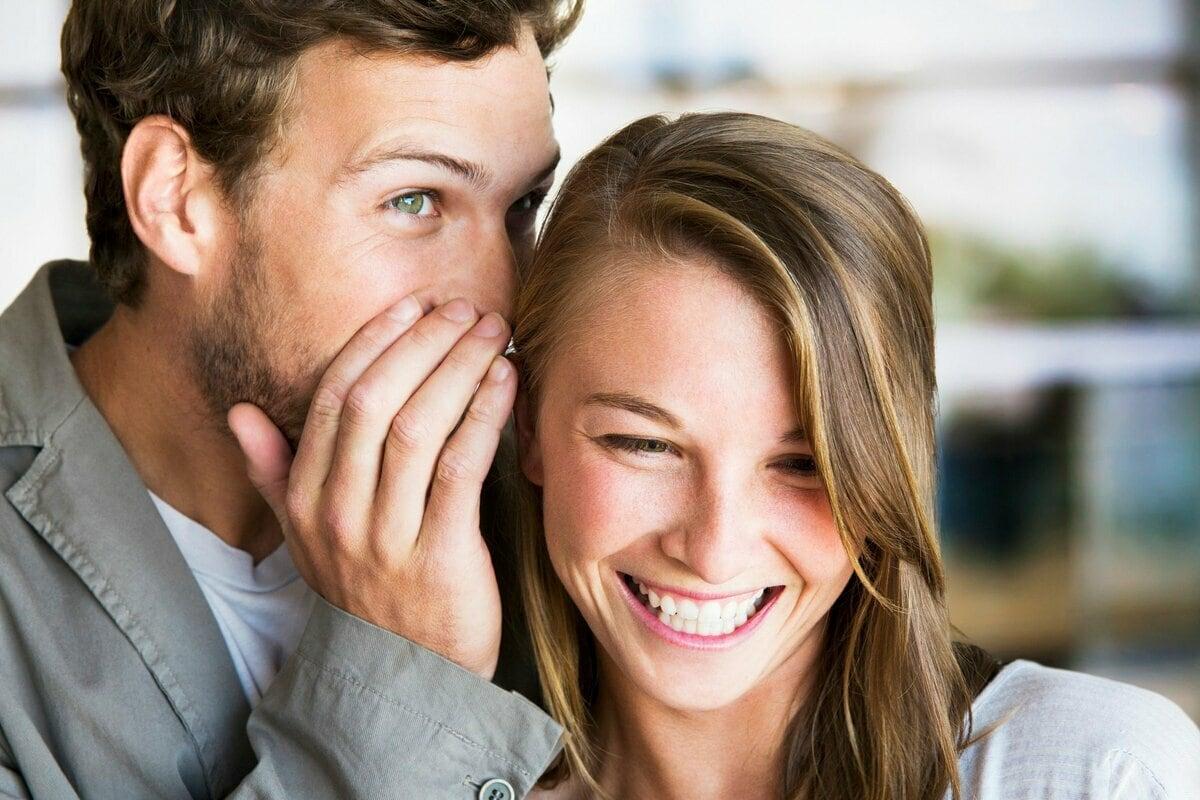 Девушка и парень общаются