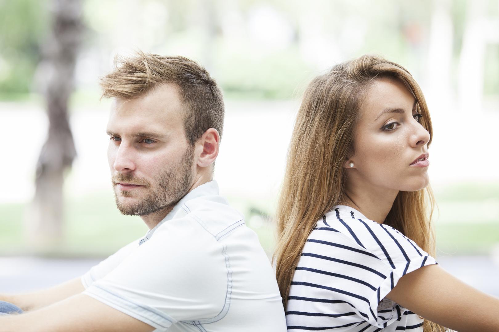 Мужчина и женщина спина к спине