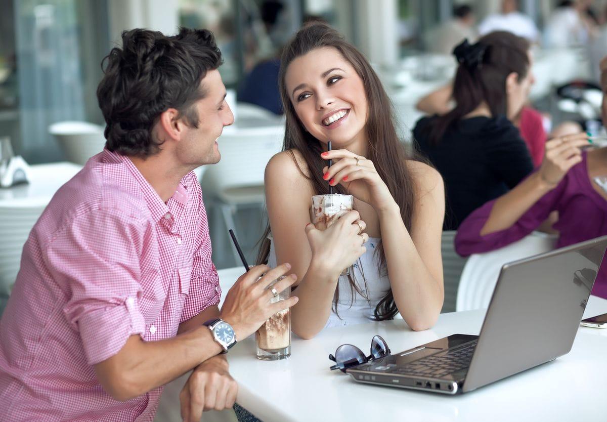 Парень и девушка беседуют