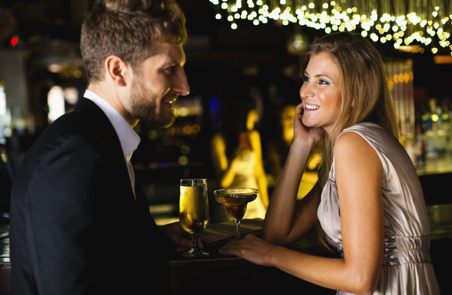 Парень и девушка в баре