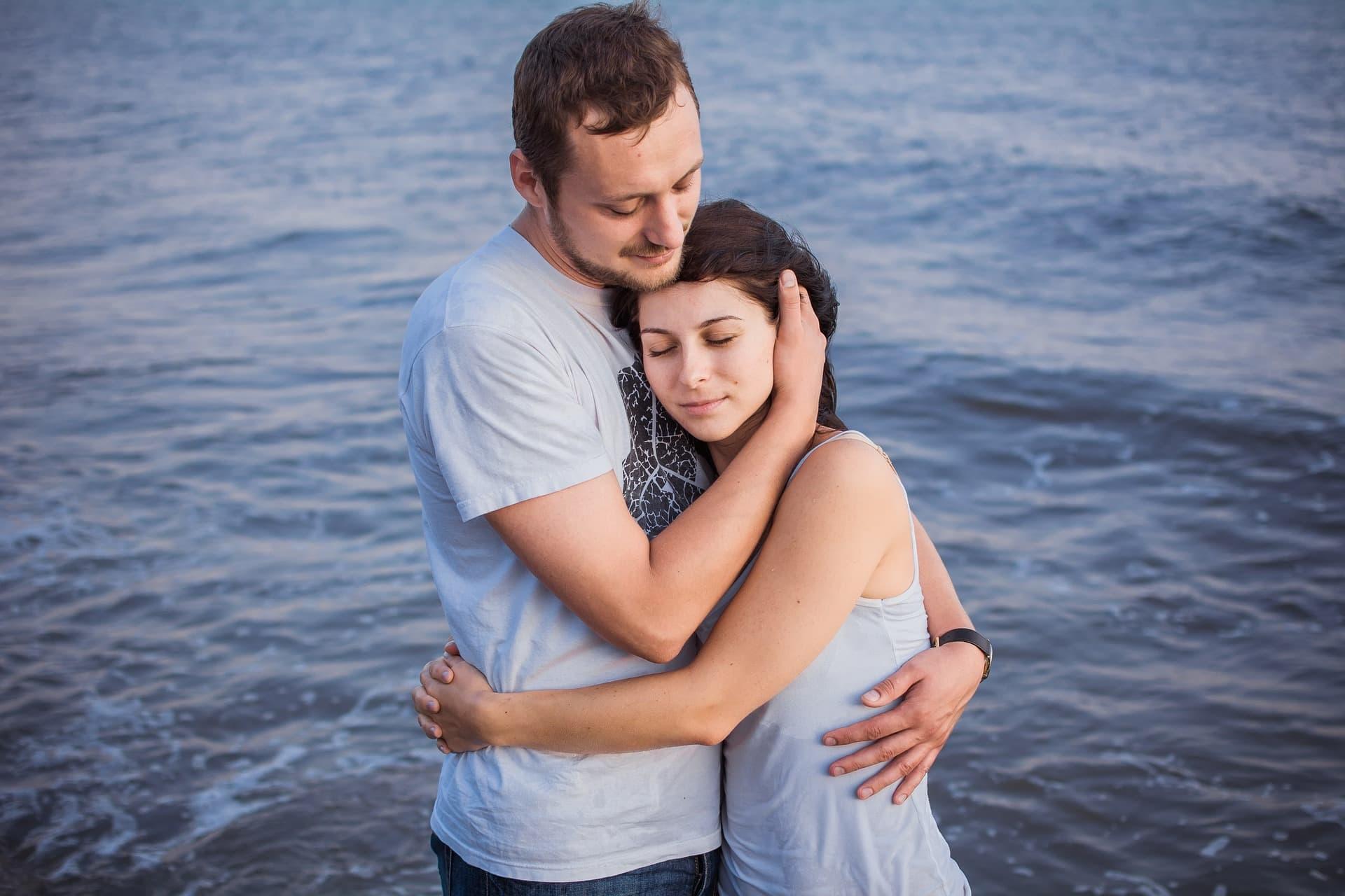 Чтобы поднять значимость в отношениях с мужчиной, женщине достаточно мило улыбнуться, слегка пошутить и подойти с объятиями