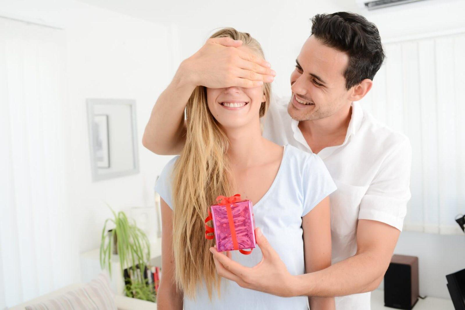 должен ли мужчина дарить подарки в начале отношений