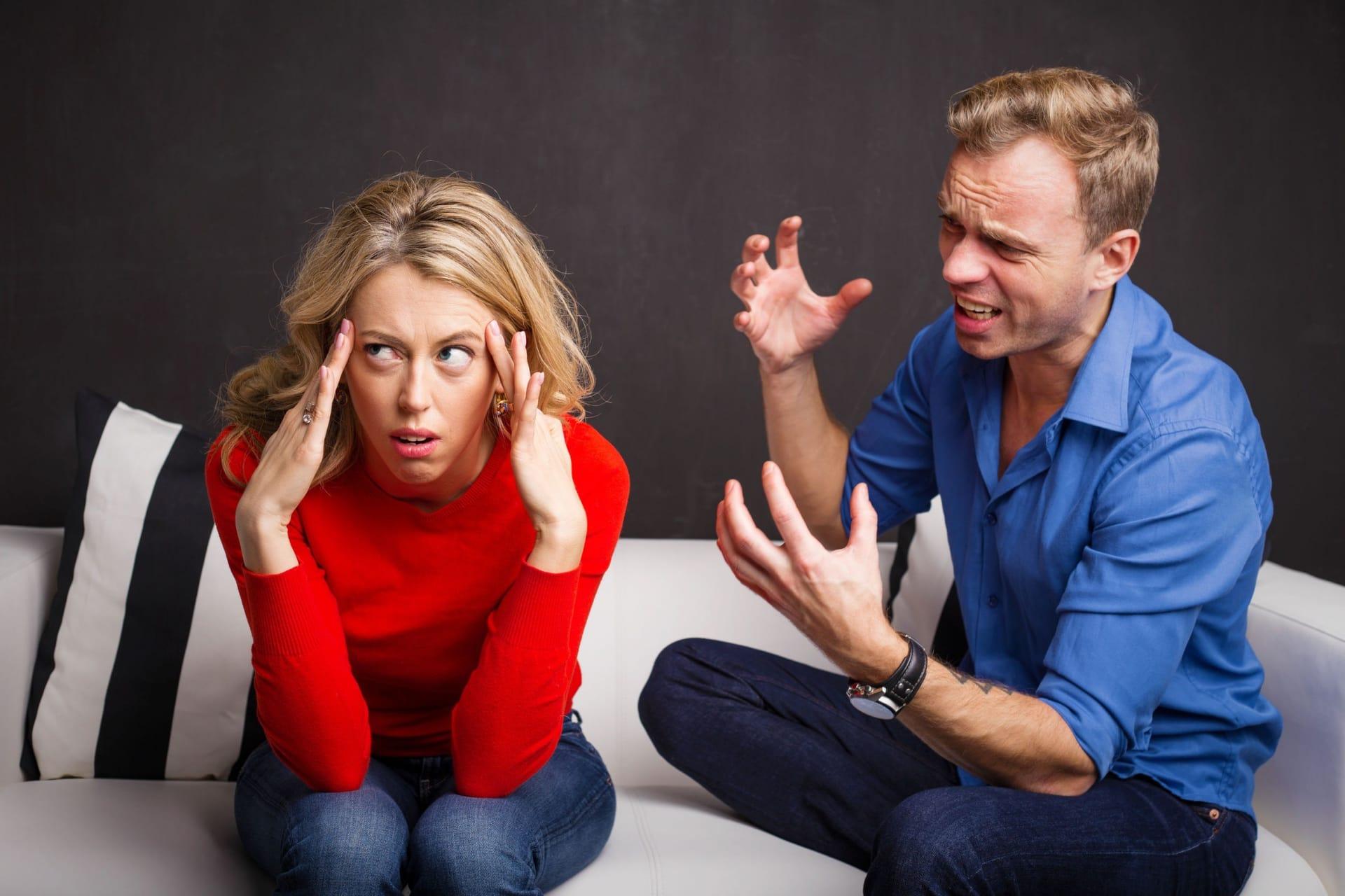 <p>Любовь – прекрасная страна для двоих, где есть место общей радости и грусти. Но романтичная и влюбчивая натура может попасть в хитрую ловушку, расставленную партнером-манипулятором. Один из приемов, способных надежно привязать к себе человека – эмоциональные качели. Женские секреты эмоциональных качелей в отношениях с мужчиной направлены на то, чтобы держать партнера «на коротком поводке» и иметь возможность манипулировать им.</p> <h2>Определение понятия «эмоциональные качели в отношениях»</h2> <p>Наверняка многим знакома ситуация, когда прекрасные, на первый взгляд, отношения омрачаются внезапным и необъяснимым отчуждением. Так начинает работать метод качелей, который за достаточно короткий срок может сделать из мужчины жалкого «подкаблучника», а из женщины – закомплексованную истеричку.</p> <p>Эмоциональные качели в отношениях – это чередование различных эмоциональных состояний по отношению к партнеру. Например, на смену заботе и нежности может внезапно прийти неоправданная резкость и холодность. Перемены происходят по сценарию, неизвестному для второй стороны и в тот момент, когда их совсем не ожидаешь.</p> <p>Это целая стратегия, направленная на достижение полного подчинения. Некоторые девушки пытаются сделать эмоциональные качели в отношениях с мужчиной своим обычным методом воздействия на партнера. Сначала они демонстрируют полное равнодушие к ухаживаниям, затем делают шаг навстречу, а после отстраняются. Затем снова проявляют интерес и снова равнодушие. Так, чередуя лед и пламя, можно довести влюбленного парня до состояния эмоционального выгорания.</p> <p>Основная причина попадания под влияние манипуляторов – низкая самооценка, недостаток любви к себе. Тот, кто стремится управлять партнером, опирается на чувство вины у жертвы, дарит ложные надежды и заставляет беречь токсичные отношения. Если в парах происходит неосознанное качание на эмоциональных качелях, то эту проблему можно разрешить открытым и честным разговором.</p> <h2>Принцип работы эмоциональных 