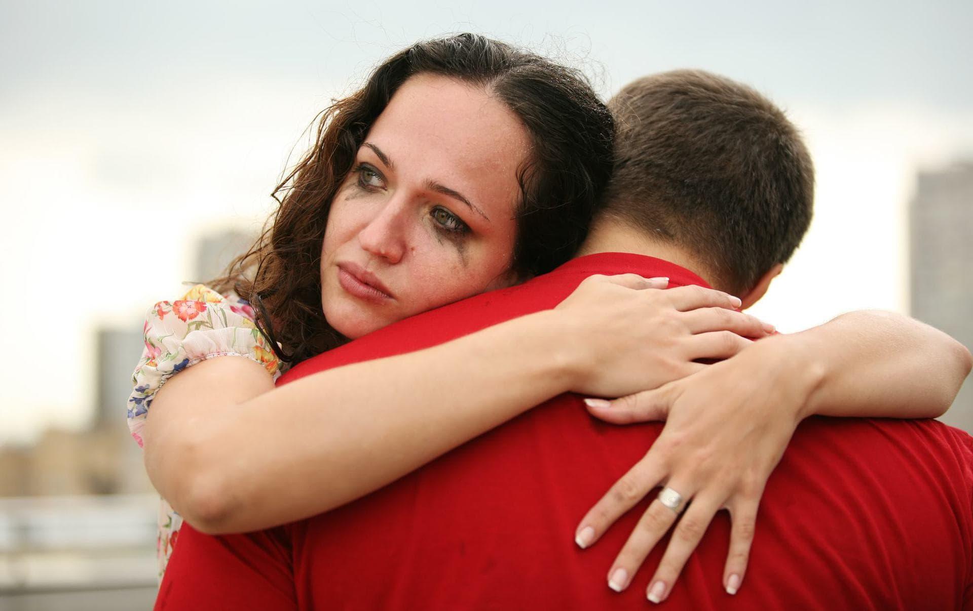 если девушка плачет в отношениях