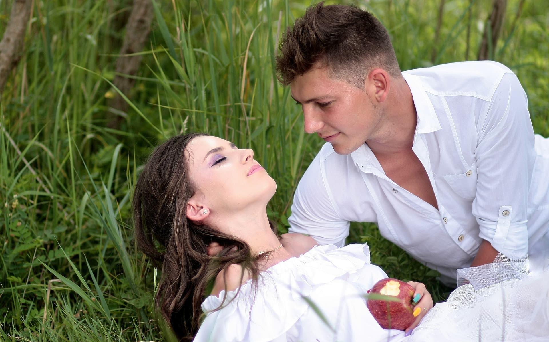 Если девушка в отношениях манипулирует, притворяется, играет с парнем, то существует несколько путей решения проблемы