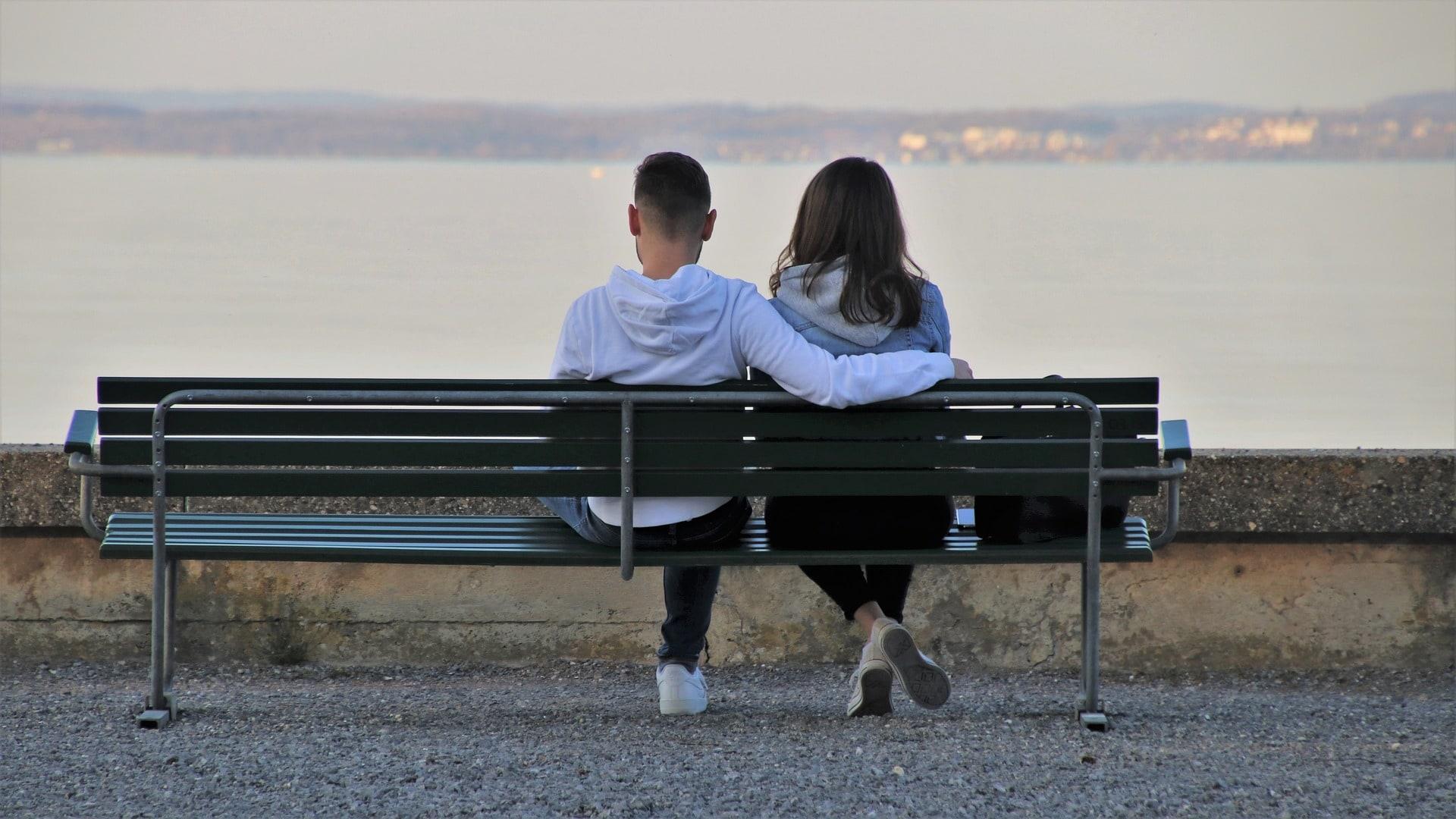 Если женщина оскорбляет мужчину в отношениях из-за проблем со здоровьем, то следует вести ее к доктору