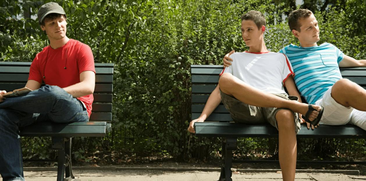 ЛГБТ парни на скамейке