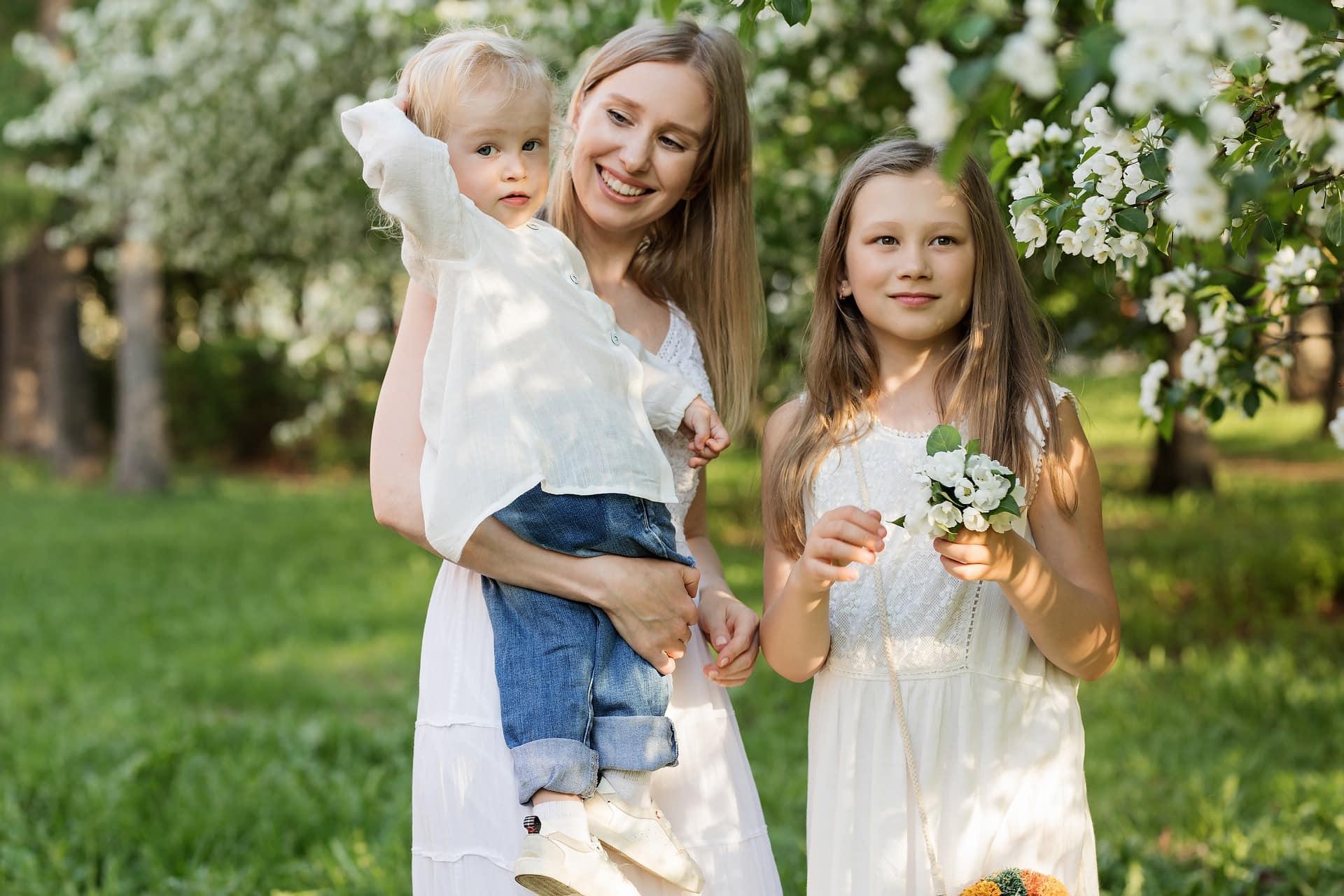 Начиная строить отношения с разведенной женщиной с двумя детьми, нужно понимать: ребенок для матери важнее второй половинки