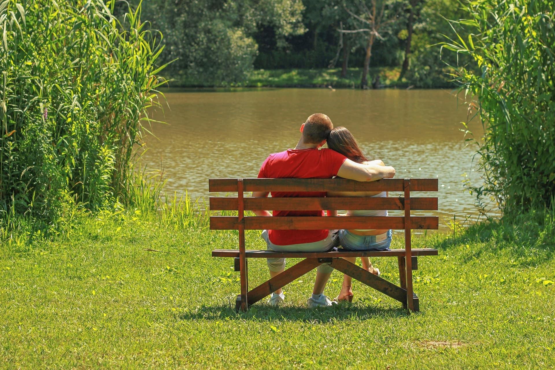Влюбленная девушка привязывается к парню, испытывая потребность в постоянном общении