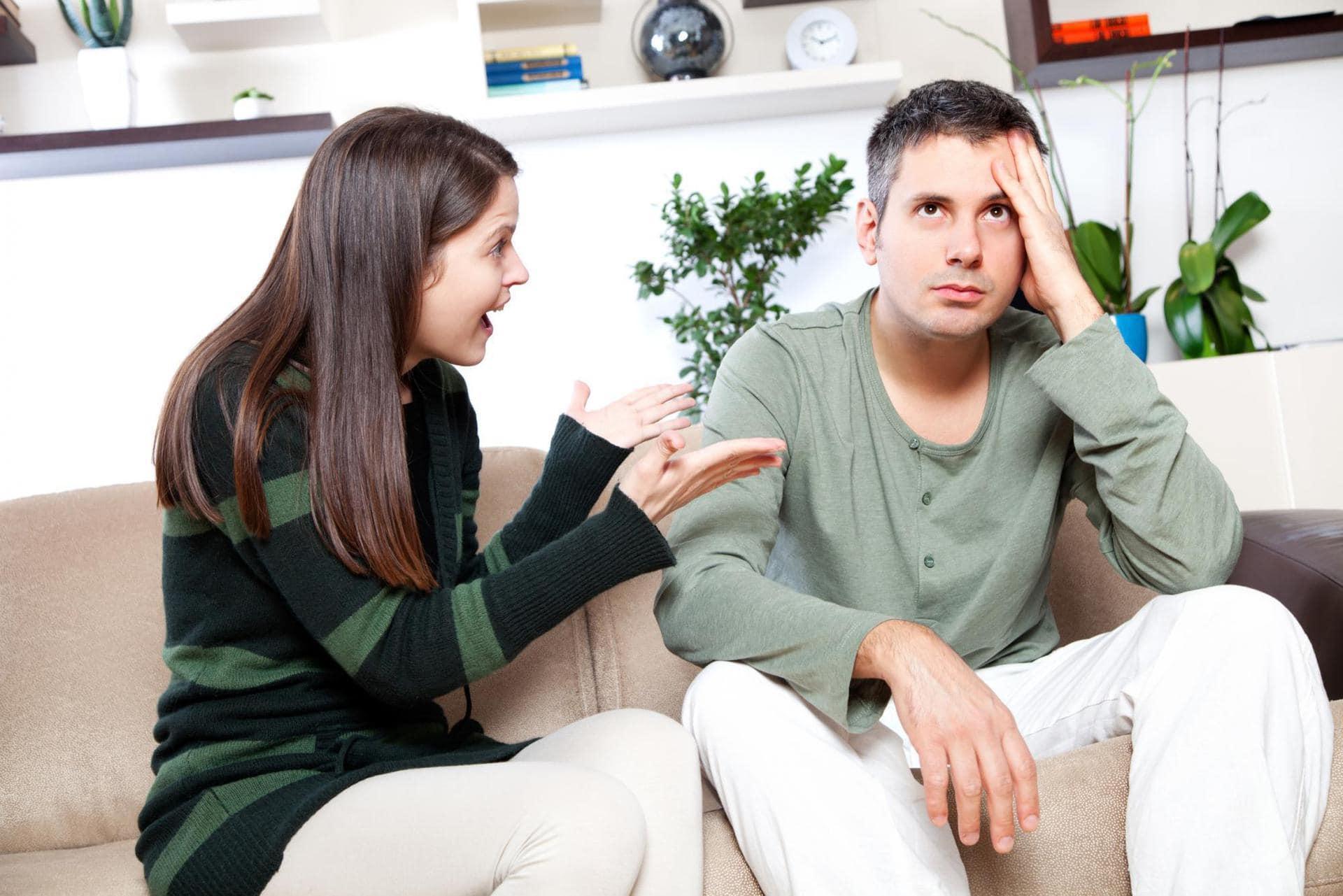 девушка ссорится с парнем