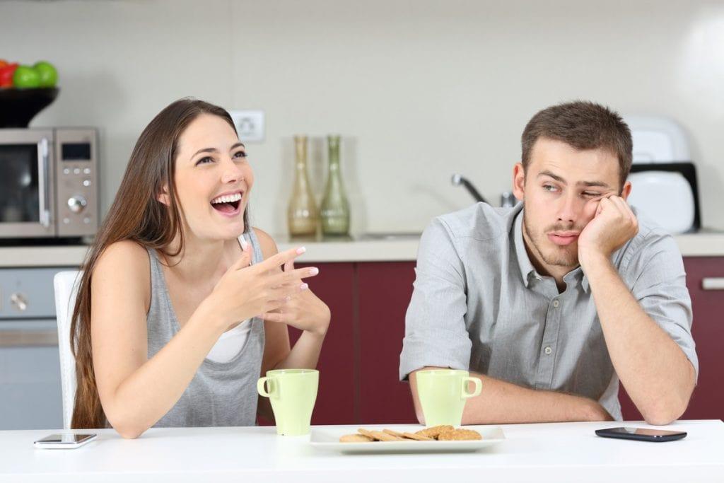 Девушка смеется над парнем