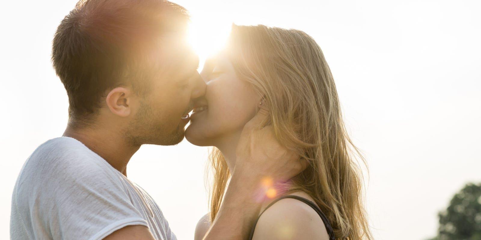 Двое целуются