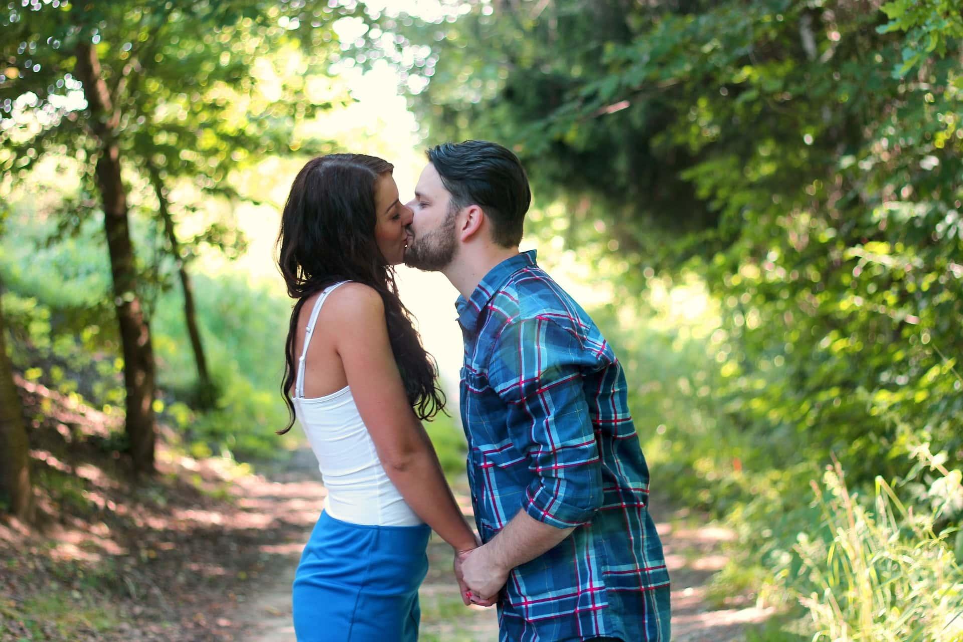 Молодые люди выбирают партнерш старше по разным причинам