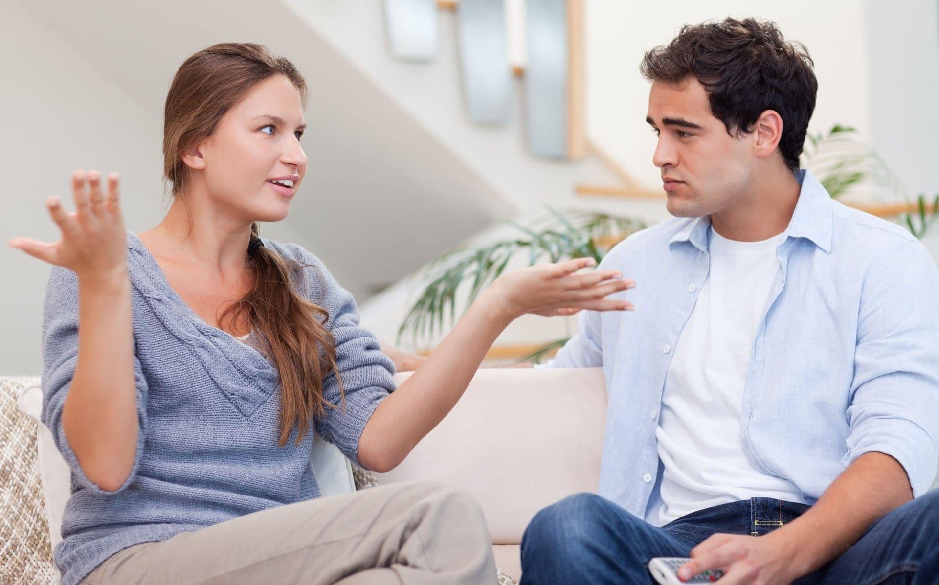 Мужчина и женщина беседуют