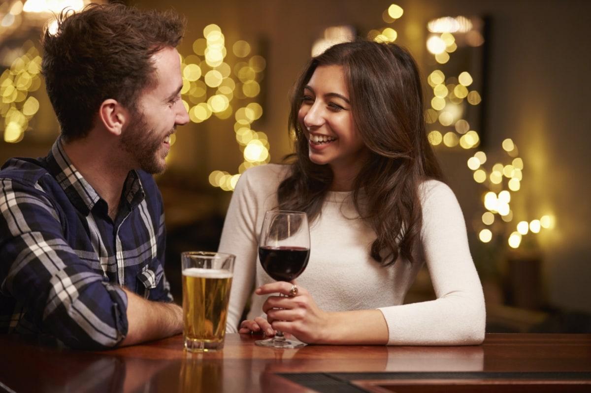 Мужчина и женщина в баре
