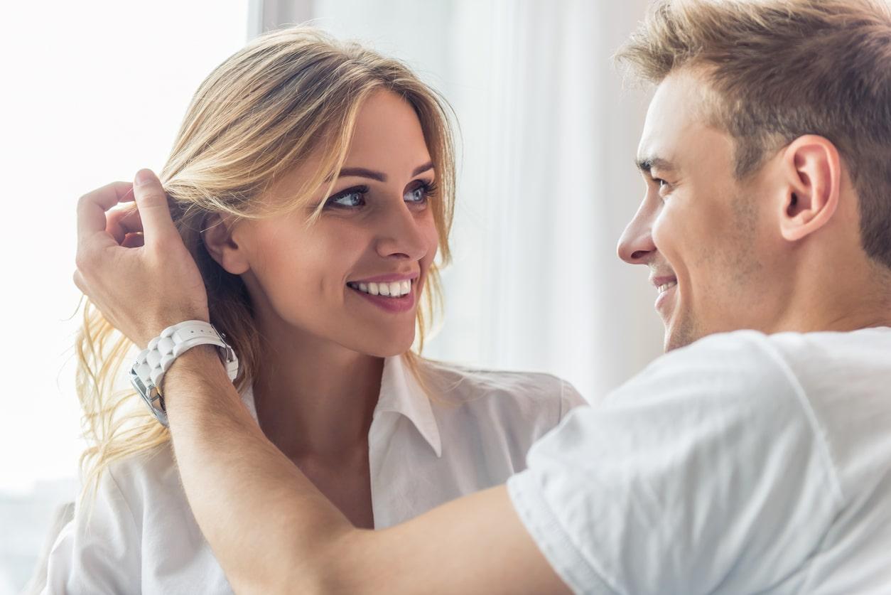 мужчина гладит женщину