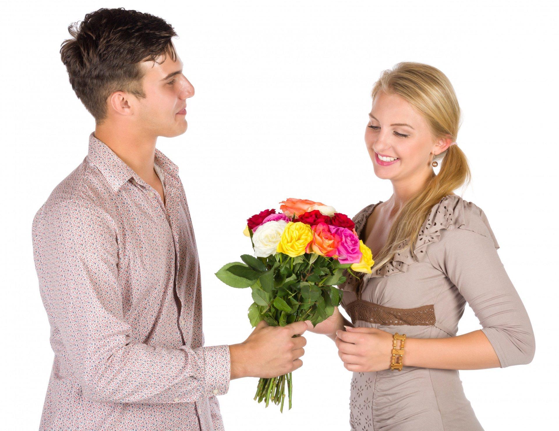 Парень дарит цветы