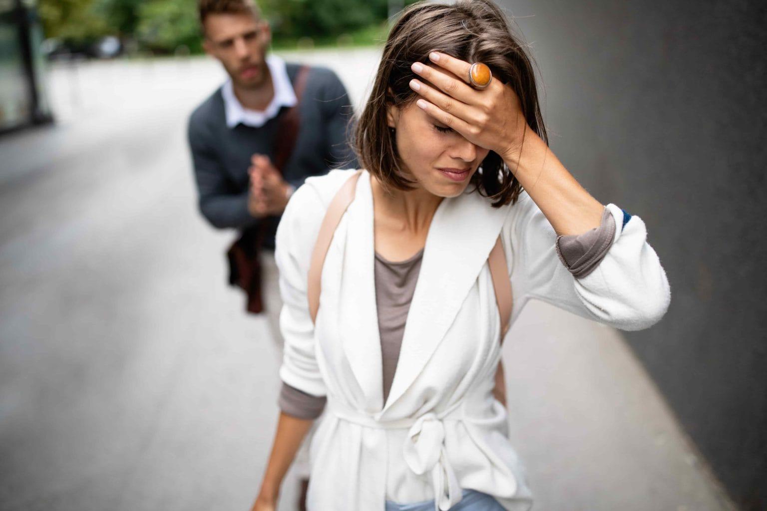 Парень и девушка расстаются