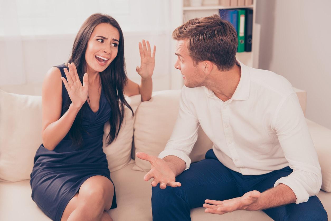Парень и девушка спорят