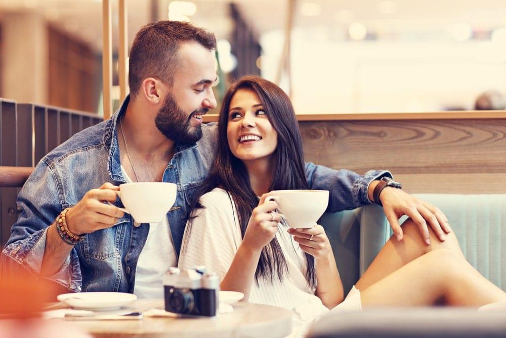 Парень с девушкой встретились в кафе