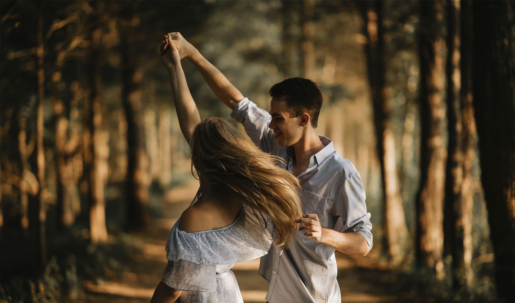 счастливая пара танцует