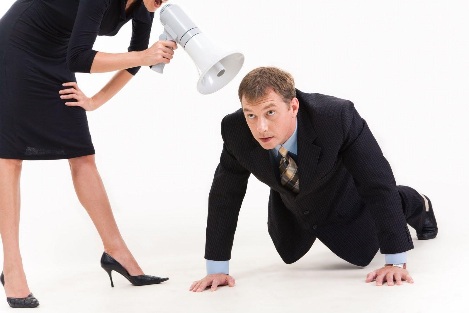 Женщина командует мужчиной